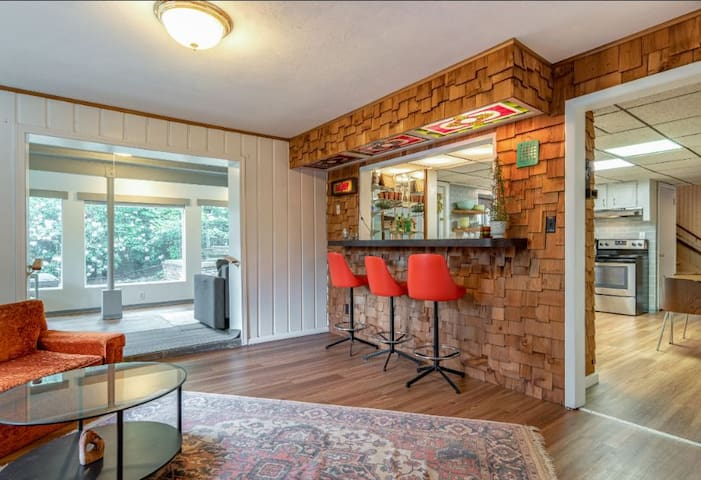 Daylight Apartment, Fireplace, With 70's Wet Bar!