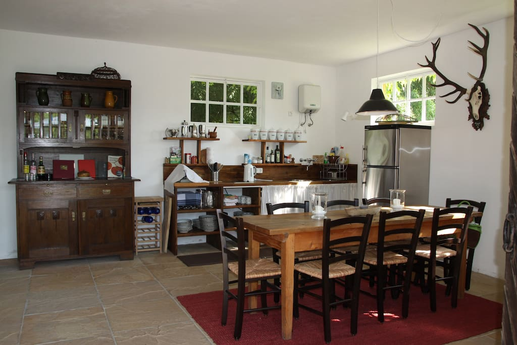 Küche mit Esstisch und 8 Stühlen