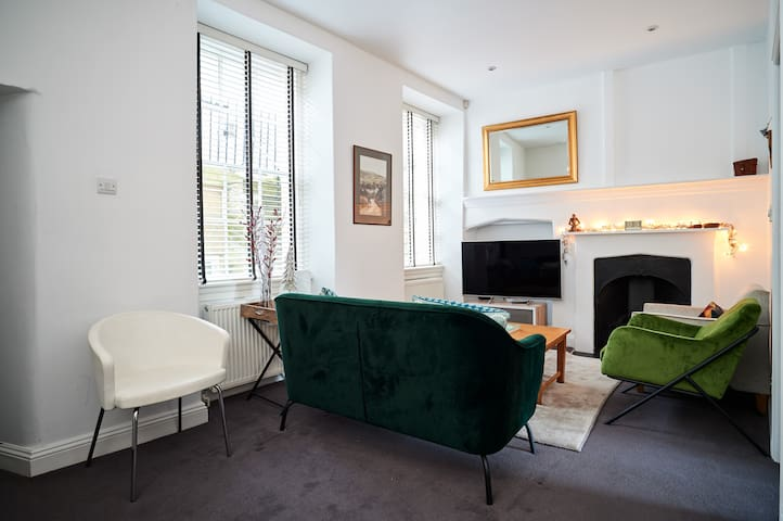 Central 2 bedroom boutique flat with parking