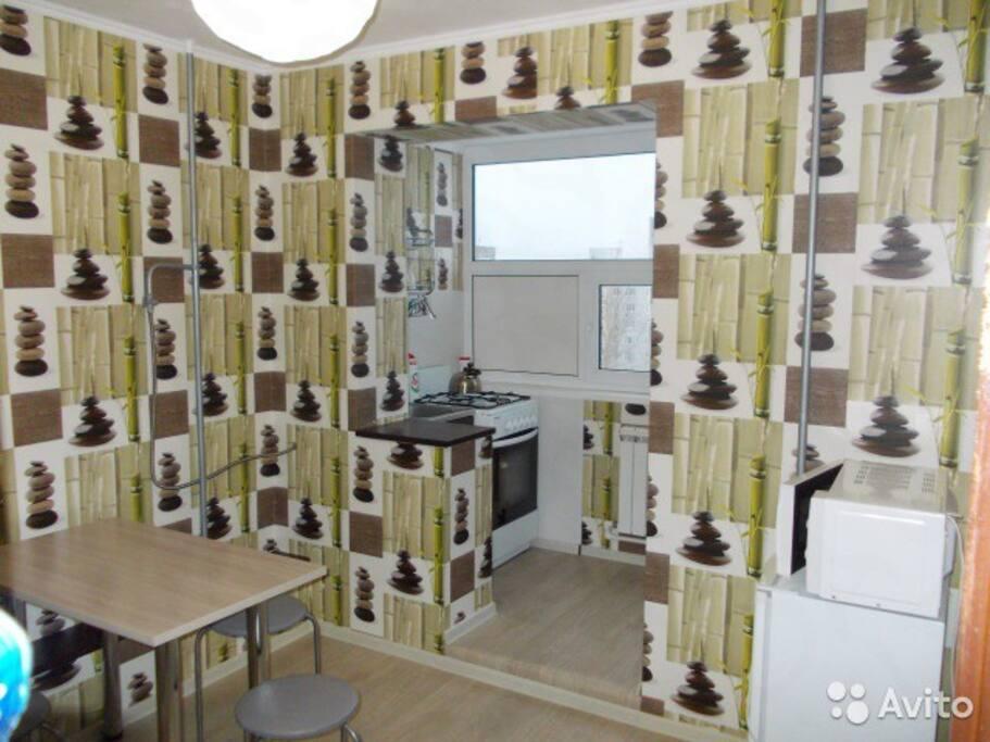 Столовая с газовой плитой, раковиной, холодильником, микроволновкой и кухонной утварью, для приготовление пищи