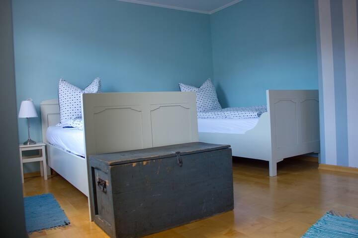 Es gibt zwei gemütliche Einzelbetten