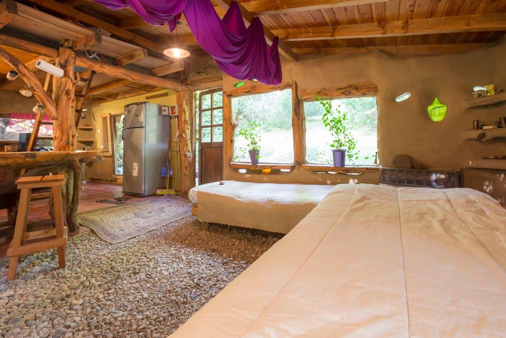 El living muy luminoso, con dos camas individuales .