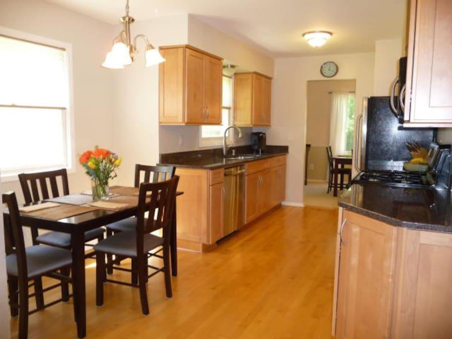 Beautiful kitchen w/ granite countertops