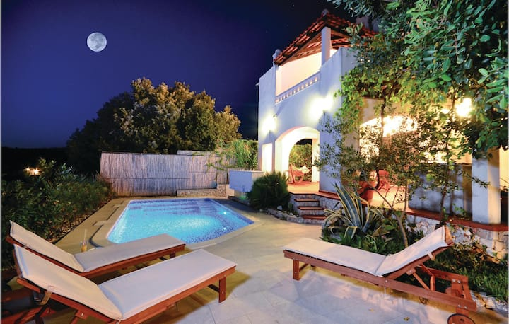 Stunning home in Kanica with WiFi and 6 Bedrooms