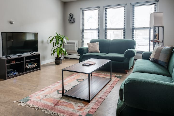 EXPLORE MKE EAST SIDE IN THIS SPACIOUS MODERN APT - Milwaukee - Lejlighed