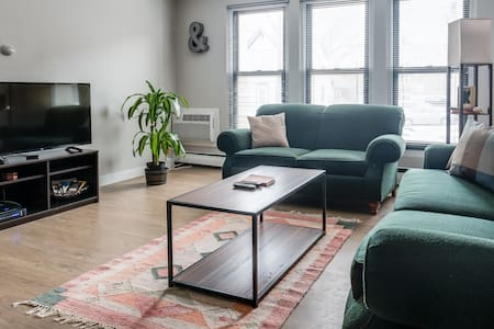 EXPLORE MKE EAST SIDE IN THIS SPACIOUS MODERN APT - Milwaukee - Apartamento
