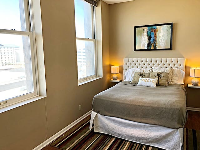 Spacious Private Room in Downtown Lincoln