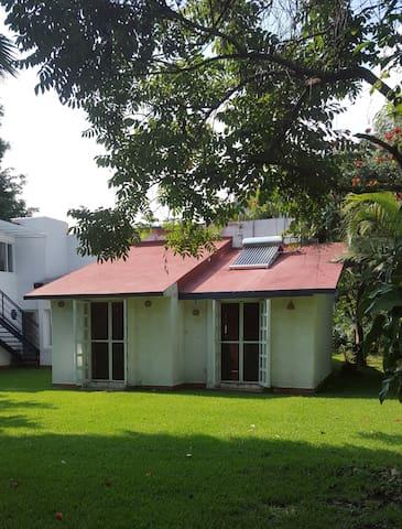Sur le toit il y a un systeme de chauffage solaire pour l'eau.