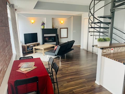 Penthouse Whyte Ave Condo 💻 wifi 🚙 free parking