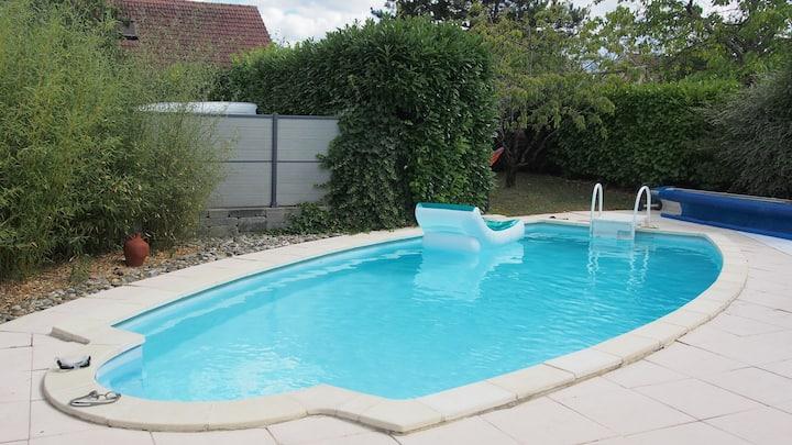 Au calme, avec parking, terrasse et accès piscine