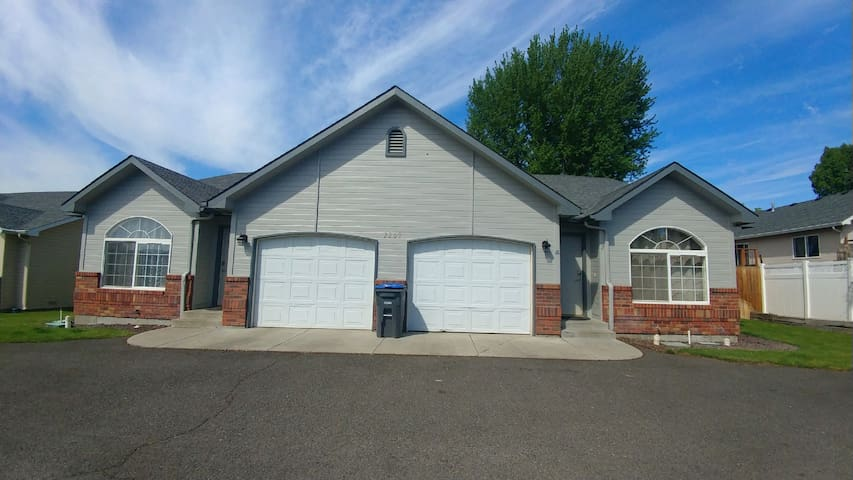 Yakima Vacation Rentals- 3 Bedroom 2 Bath House #3