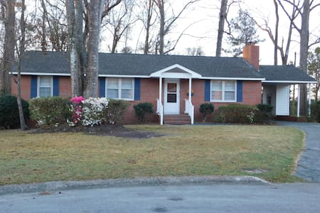 Wooded Home with a creek and Wifi - Jacksonville - Dom
