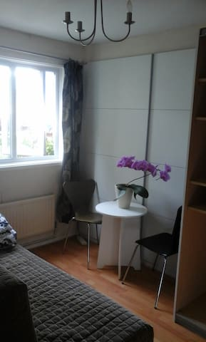 Interior designed small room in nice/quite house - Basingstoke - Talo