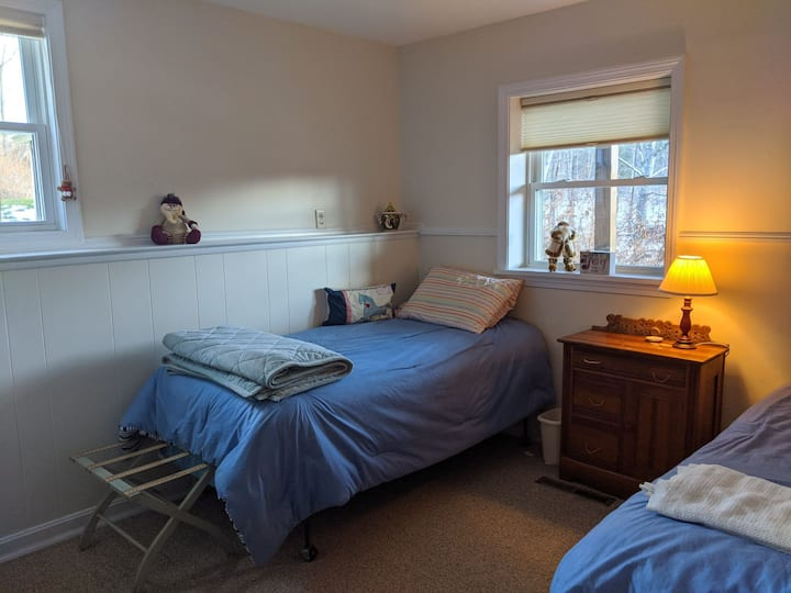 Twin Room in sunny home, close to Wtby Reservoir