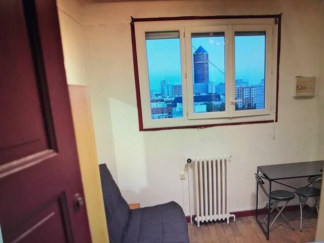 Chambre 12 m2 avec canapé lit pour 2 personnes avec belle vue sur la Part Dieu