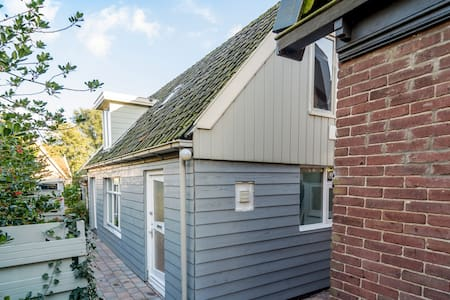 Charming cottage in the middle of town - Broek in Waterland