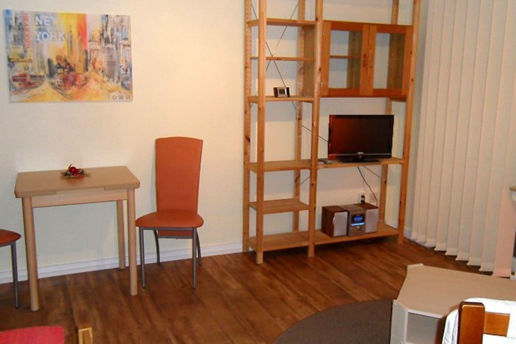 Wohnbereich mit kleinem Tisch
