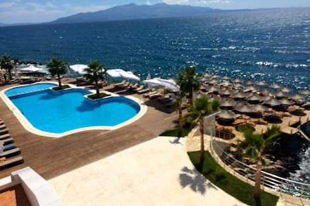 Romantic White Recidence sea front Resort 5 star - Sarandë - アパート