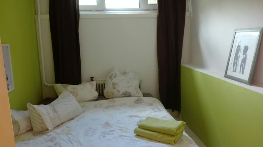 Cosy room close to the Metro, 1 station to centrum