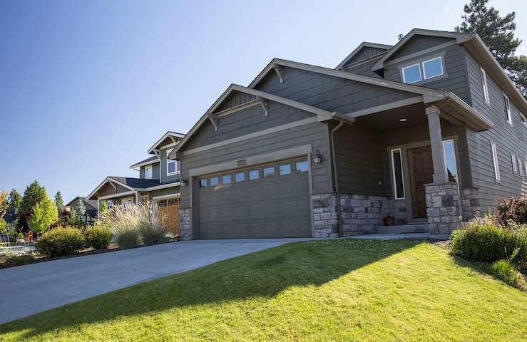 Alpenglow`s SW Teton Lane, 3 bedrooms, 2.5 bathrooms, 1,941 sq. ft., sleeps 6, pet friendly, air conditioning, fireplace, fenced yard
