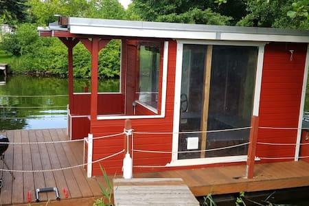 Hausboot/Floß am Canower See