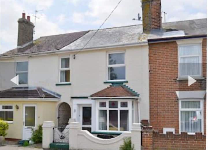 Lovely 3 bedroom cottage 5 mins from sea.