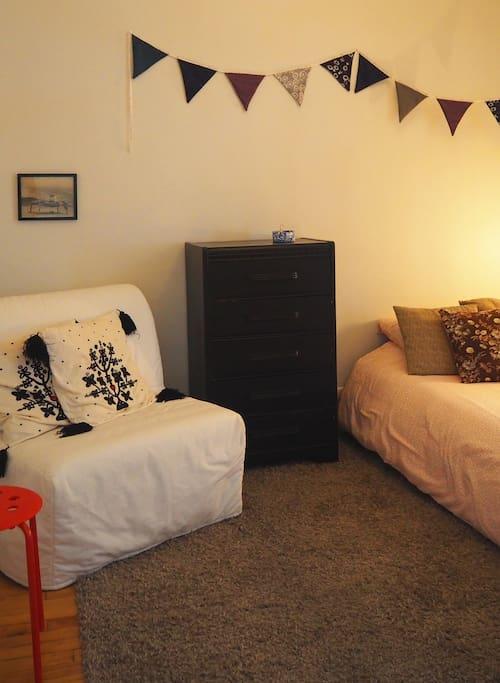 Cosy bedroom, confy bed / Chambre et lit très confo  :) / Hab. agradable y cama cómoda.