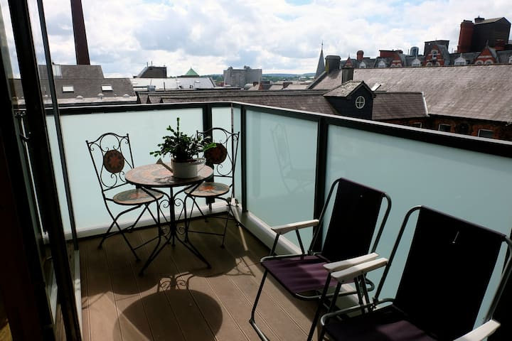 Great views and location, spacious room w/ ensuite - Cork - Apartemen