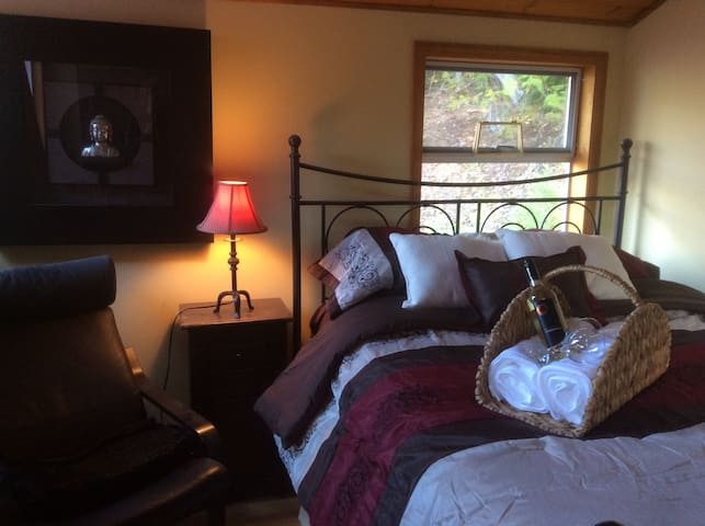 Cozy loft with queen-size bed, a perfect reading nook and plenty of Windows.  The perfect retreat!