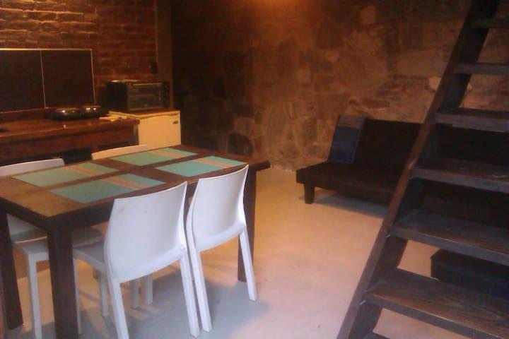 CABAÑA DE PIEDRA EN EL VOLCAN