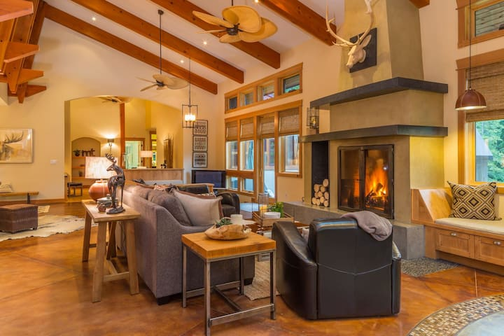 5 minutes to Big Sky Resort-The Most Unique Home in Big Sky!
