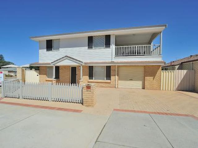 Beachside Family accom, 2 story 3 bed /2 Bath. - Rockingham