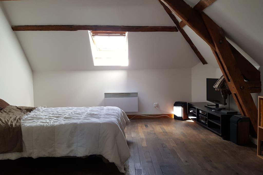 Salon lumineux avec 2 fenêtres de toit occultables