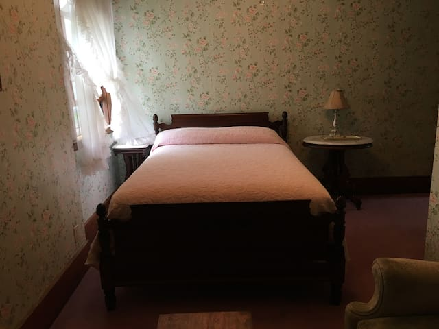 The Aunt Lizzie Room in Historic Guest Home