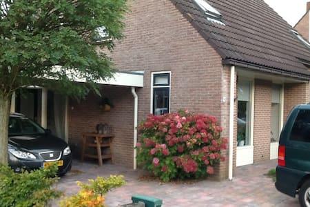 Ruime gezinswoning met eigen oprit en carport