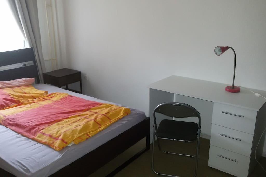 Doppelbett und Schreibtisch