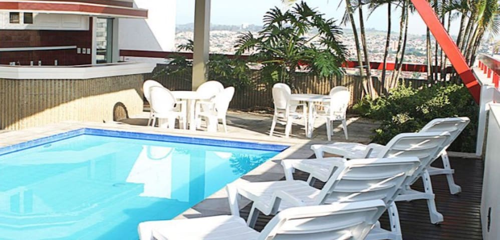Flat 37 lindo com piscina no centro