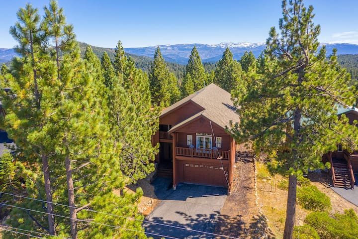 Spacious Tahoe Donner Basecamp w/ Private Hot Tub