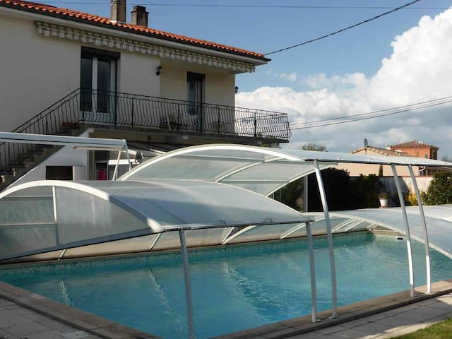 Villa avec piscine couverte