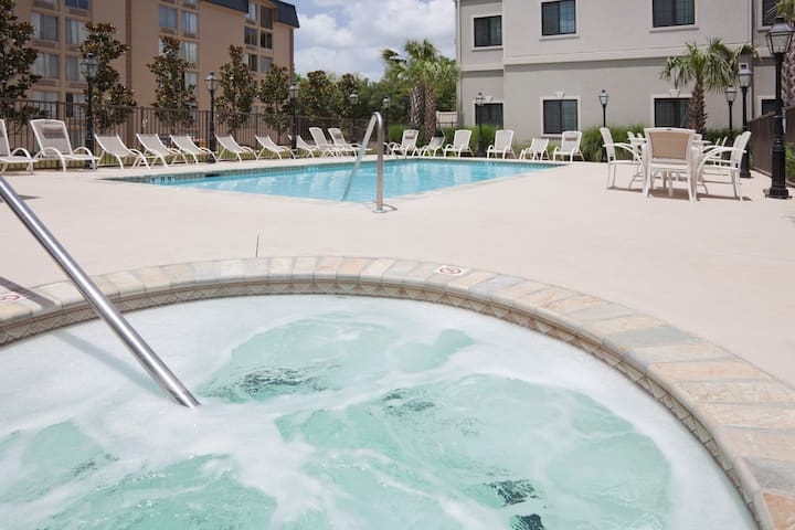 Hearing Accessible Studio with a Roll-In Shower   Free Daily Breakfast + Hot Tub Access