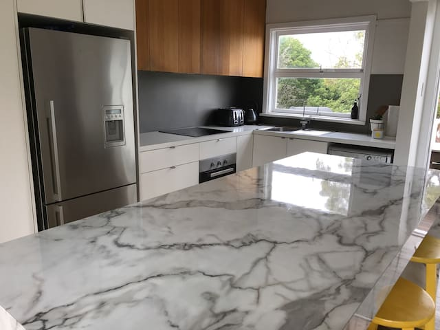 Light filled 3 bed near beaches - North Manly - Casa
