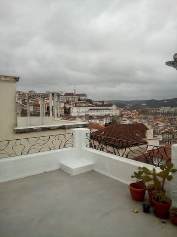 single room with plenty of light - Coimbra - Leilighet