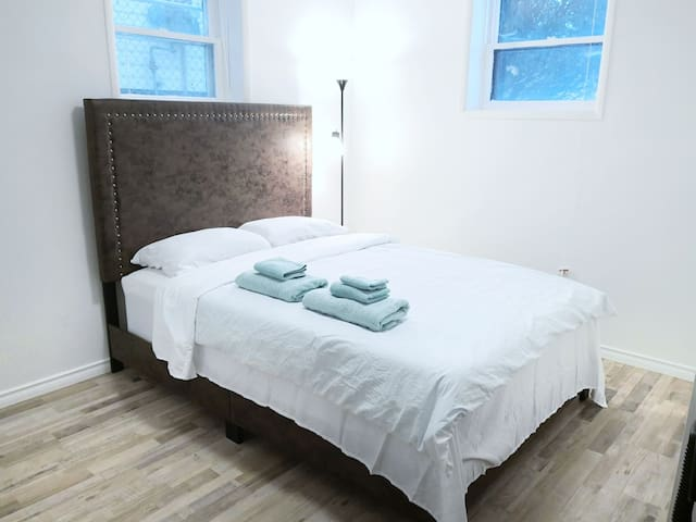 Lovely cozy queen size room near river/downtown