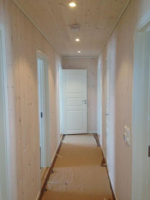 Her er bilde fra gangen. 4 separate soverom med dobbeltsenger (to store to på 120). Bilde er tatt fra konstruksjon av hytta i vinter.