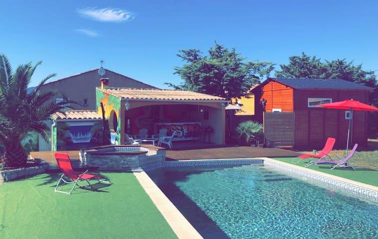 Joli chalet avec piscine et jacuzzi