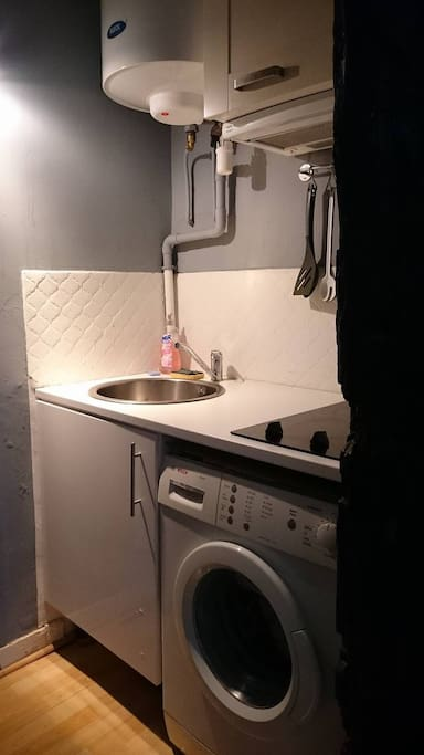 Cuisine tout équipée avec hôte, vaisselle, machine à laver