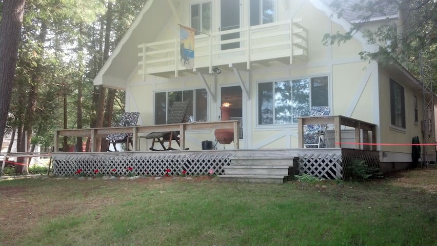 Lake-Front Cottage on Burt Lake - Indian River - Talo
