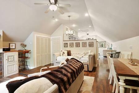 Lacroix Loft Apartment - Cozy Escape Downtown!!