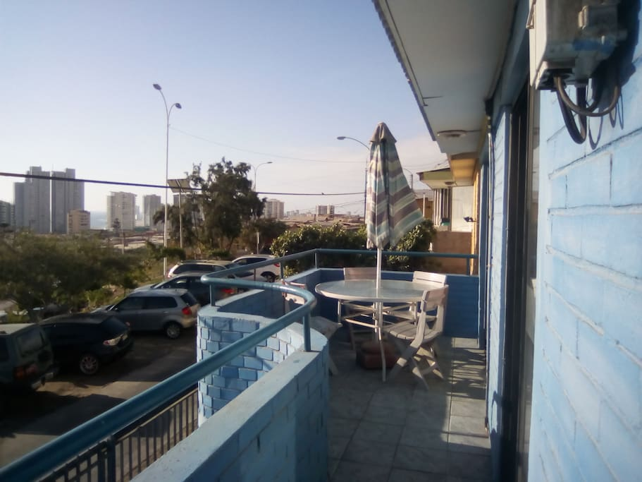 Balcón con vista a la ciudad y al mar.