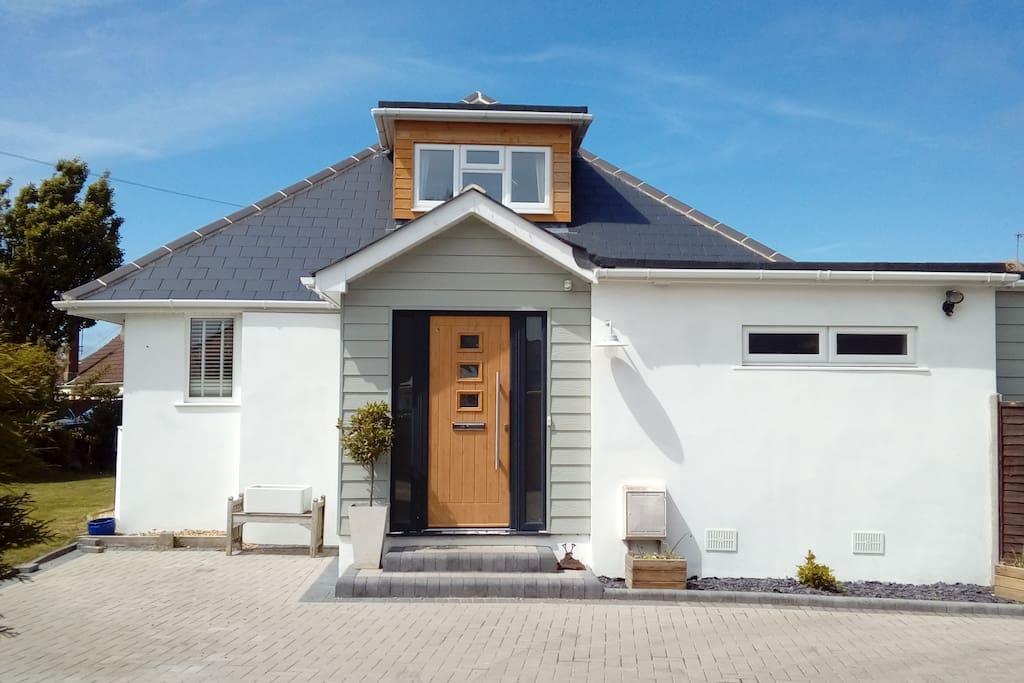 Modern chalet bungalow in hengistbury head houses for for Big modern houses in england